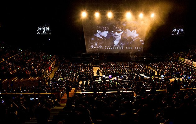 3,000 fans streamed in armed with posters and lightsticks for the fan meet (Photo courtesy of Running Into The Sun)