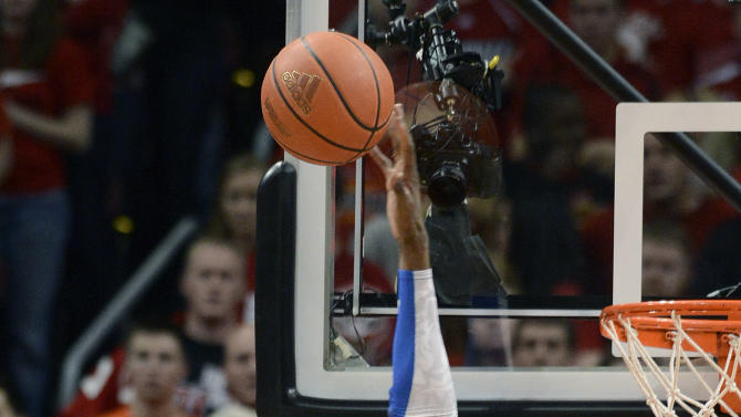 Kentucky's Nerlins Noel, right, blocks the shot of Louisville's Wayne Blackshear during the first half of an NCAA college basketball game Saturday, Dec. 29, 2012, in Louisville, Ky. (AP Photo/Timothy D. Easley)