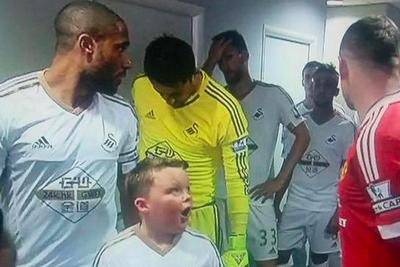 Little kid's mind is blown after discovering Wayne Rooney is right next to him