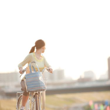 Woman-riding-bicycle-looking-back_web