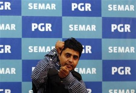 "Suspect Salvador Alfonso Martinez Escobedo also known as ""El Ardilla"" (The Squirrel) gestures as he is presented to the media by Mexican marines at the Attorney General's headquarters in Mexico City October 8, 2012. REUTERS/Bernardo Montoya"