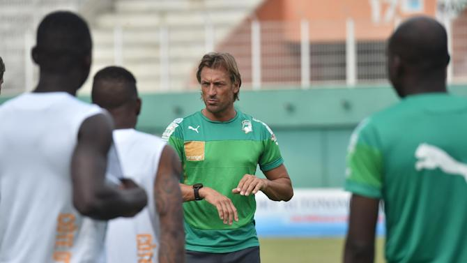 Ivory Coast's National football team coach Herve Renard speaks to players during a training session at the Felix Houphouet-Boigny Stadium in Abidjan on November 18 , 2014