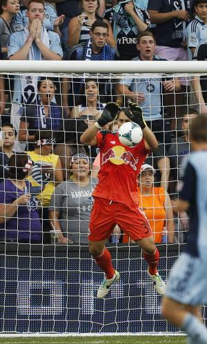 New York Red Bulls re-sign GK Robles and D Miller