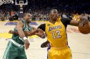 Dwight Howard (12), de los Lakers de Los Angeles, disputa un rebote con Jason Collins, de los Celtics de Boston, durante la primera mitad del juego del miércoles 20 de febrero de 2013, en Los Angeles. (Foto AP/Mark J. Terrill)