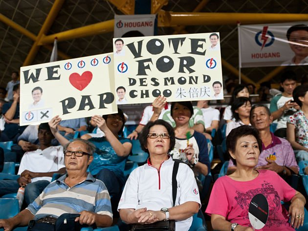 Supporters held out placards to show their loyalty to Choo and his party, People's Action Party (PAP). (Yahoo! Singapore/ Alvin Ho)