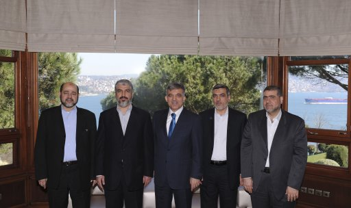 Turkey's President Abdullah Gul poses with Hamas leader Khaled Meshaal as they are flanked by other Hamas officials in Istanbul