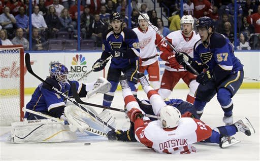 Franzen, Red Wings upend Blues 3-2 in SO