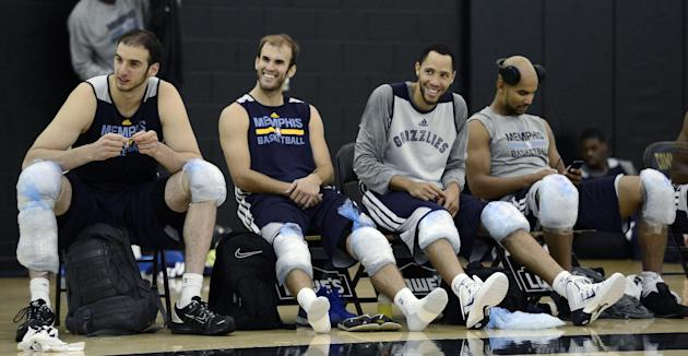 CORRECTS ID AT RIGHT TO JERRYD BAYLESS, NOT MIKE CONLEY - Memphis Grizzlies, from left, Kosta Koufos, Nick Calathes, Tayshaun Prince and Jerryd Bayless ice their knees during NBA basketball training c