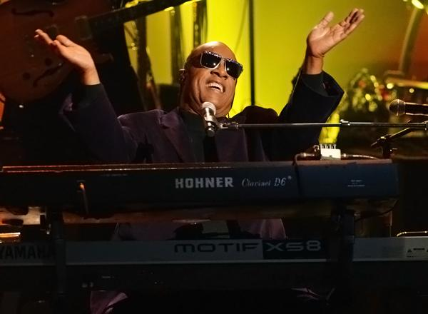 Stevie Wonder Pays Tribute to Dick Clark at American Music Awards