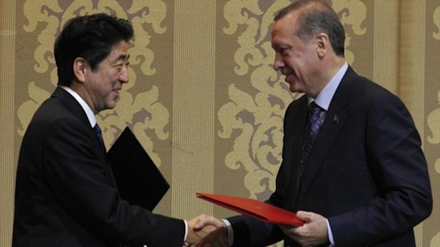 Japan's Prime Minister Shinzo Abe shakes hands with Turkey's Prime Minister Tayyip Erdogan (R) during a signing ceremony in Ankara May 3, 2013 (REUTERS)