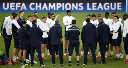 Manchester City's coach Luis Pellegrini speaks to his players during a training session at Camp Nou stadium in Barcelona