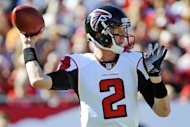 El quarterback de los Falcons de Atlanta, Matt Ryan, lanza un pase en un partido contra Tampa Bay el domingo, 25 de noviembre de 2012, en Tampa, Florida. (AP Photo/Brian Blanco)