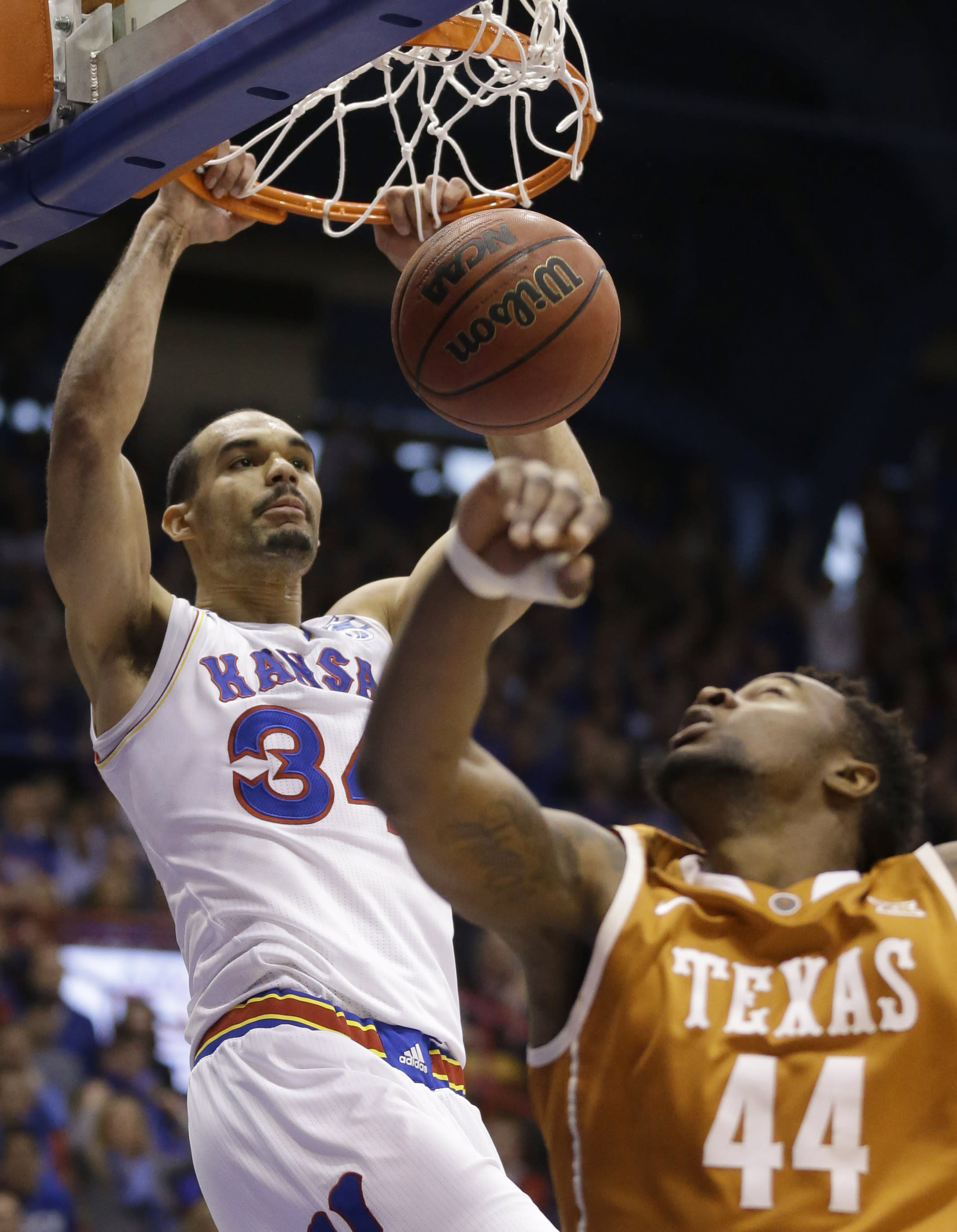 Controversial non-call helps Kansas hold off Texas in key Big 12 game