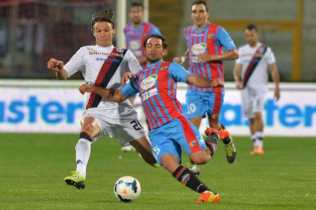 Catania midfielder Fabian Rinaudo, right, of Argentina, challenges for the ball with Cagliari midfielder Albin Ekdal, of Sweden, during the Serie A soccer match between Catania and Cagliari at the Ang