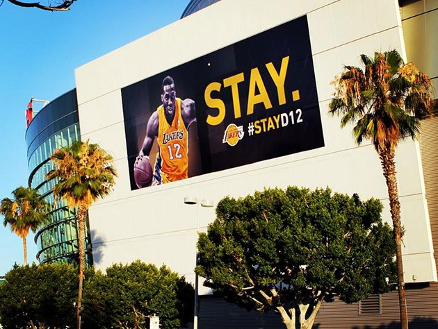 Lakers unveil signs on Staples Center urging Dwight Howard to stay