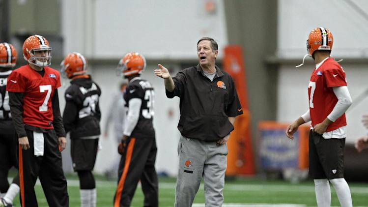 Cleveland Browns offensive coordinator Norv Turner talks to his offense during practice at the NFL football team's facility in Berea, Ohio Thursday, Dec. 19, 2013