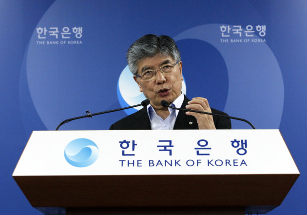 Kim Choong-soo, governor of the Bank of Korea, announces the benchmark call rate during a press conference at the bank&#39;s headquarters in Seoul, South Korea, Thursday, July 12, 2012. South Korea&#39;s central bank unexpectedly lowered its key interest rate on Thursday, urgently attempting to guard Asia&#39;s fourth-largest economy against Europe&#39;s persistent debt woes and slowing growth in China.(AP Photo/Ahn Young-joon)