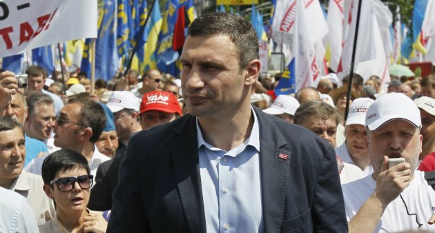 UDAR (Punch) party leader Vitaly Klitschko (C) takes part in a rally in Kiev May 18, 2013. Supporters and opponents of Ukrainian President Viktor Yanukovich scuffled as both sides held large rallies in the capital Kiev on Saturday, police and local media said. Pro-Western Batkivshchyna (Fatherland), liberal UDAR (Punch) and far-right Svoboda have been holding rallies across Ukraine, accusing Yanukovich of failing to pursue his declared goal of European integration, and demanding the release of jailed Batkivshchyna leader, former Prime Minister Yulia Tymoshenko. REUTERS/Gleb Garanich (UKRAINE  - Tags: POLITICS CIVIL UNREST)