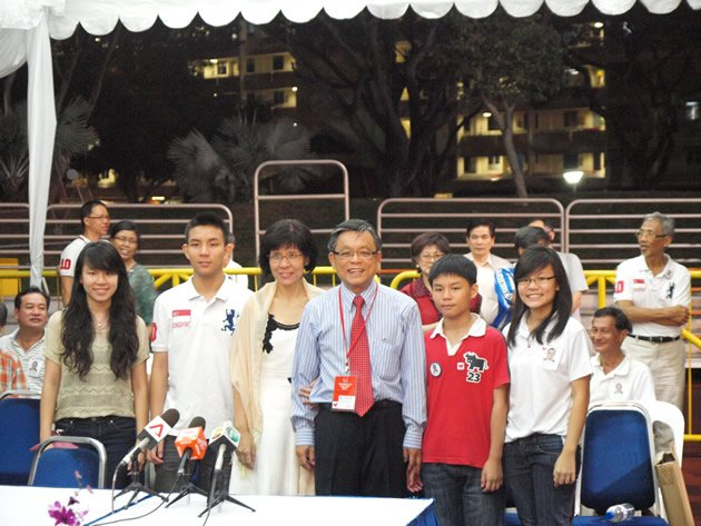 Tan Jee Say and family pose for cameras while waiting for the release of results by the Elections Department. (Yahoo! photo)