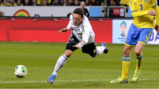 Premier League - Ozil a doubt for Norwich clash after limping off