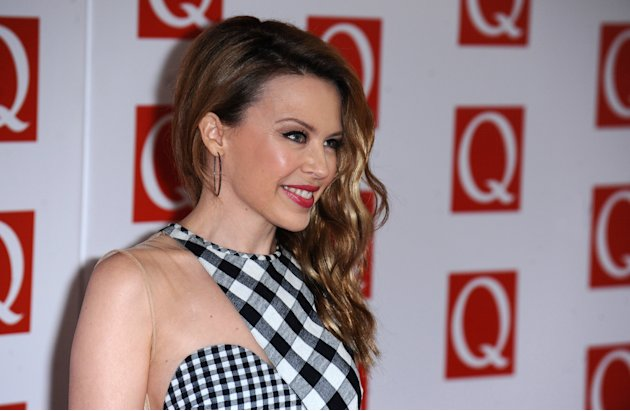 Kylie Minogue pose sur le tapis rouge des Q Awards à Londres.