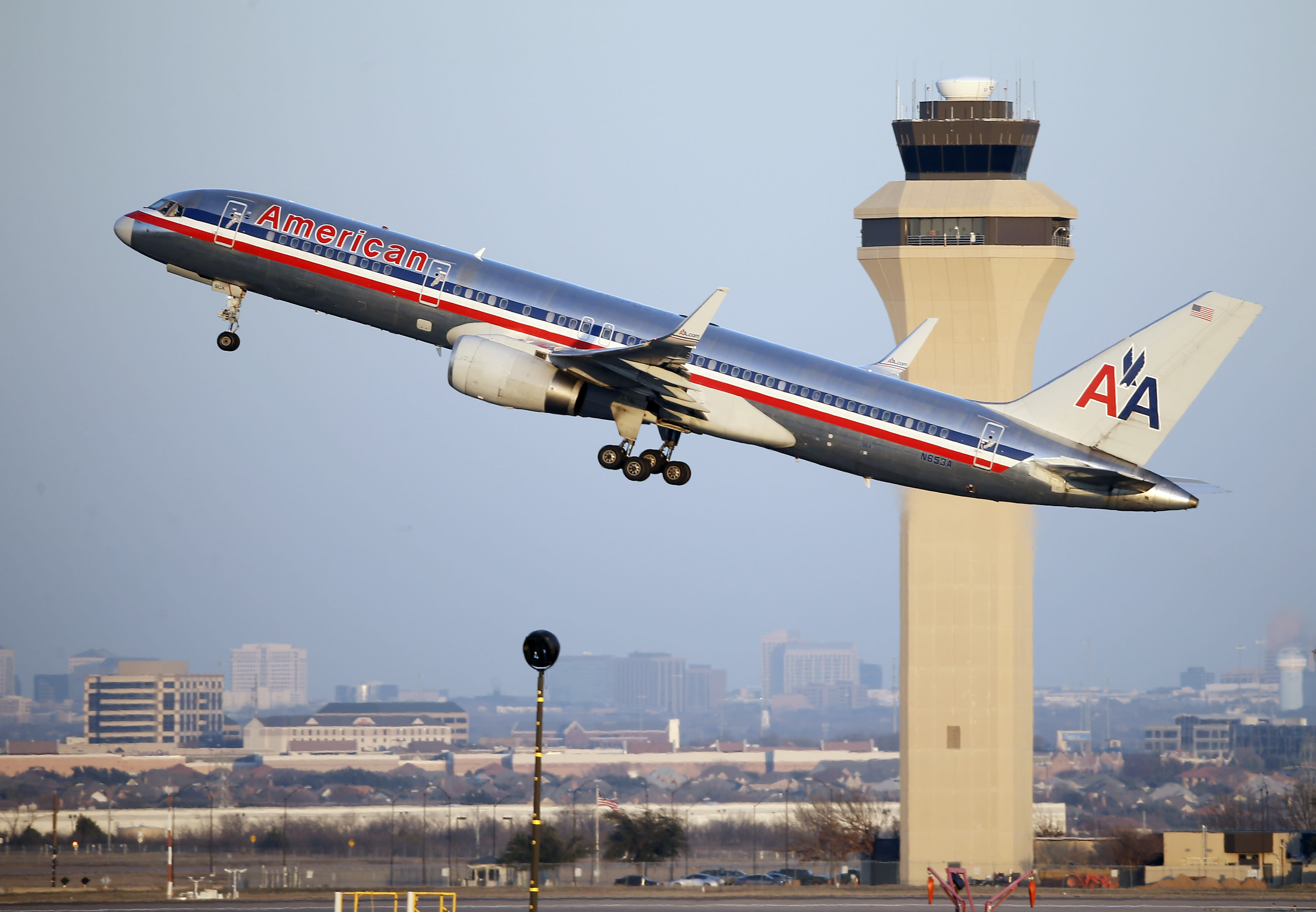 American Airlines 4th-qtr profit gets lift from cheap fuel