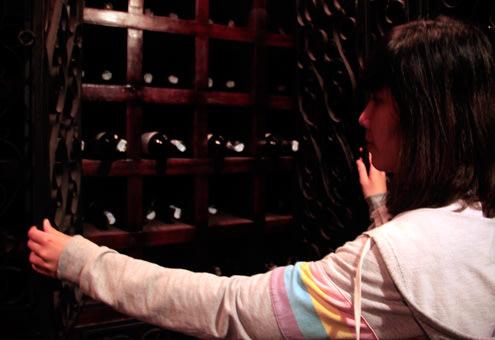 Hoặc cất rượu vào trong tủ được thiết kế đặc biệt, đóng cửa và khóa cẩn thận. Hầm rượu còn lại khá nguyên vẹn sau nhiều năm bị chiến tranh tàn phá.