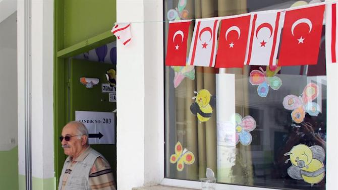 . Nicosia (Cyprus), 26/04/2015.- A Turkish Cypriot man leaves a polling station after casting his vote during the presidential elections in the breakaway Turkish Republic of Northern Cyprus, in the Turkish-administered northern part of the divided capital Nicosia, Cyprus, 26 April 2015. Turkish Cypriots will elect their leader, after the previous Sunday's first round did not give a conclusive result. (Elecciones, Chipre) EFE/EPA/KATIA CHRISTODOULOU