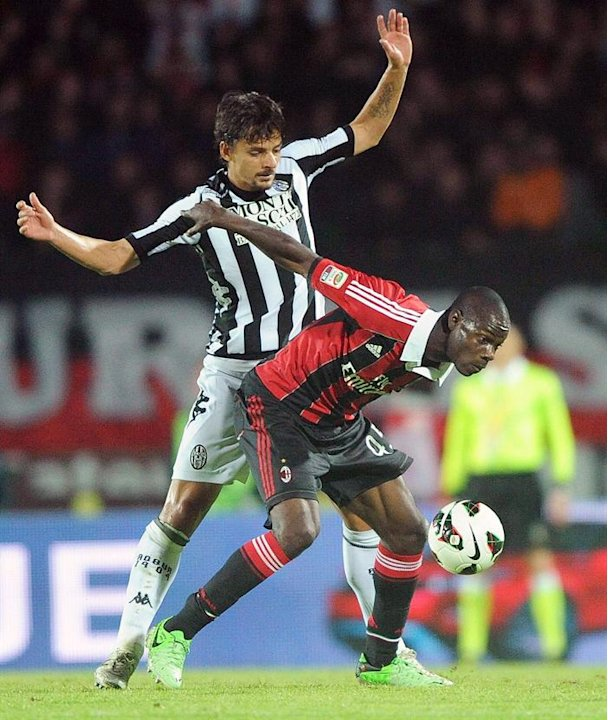 . Siena (Italy), 19/05/2013.- Felipe (L) of Siena in action against Mario Balotelli (R) of Milan during the Italian Serie A soccer match between AC Siena and AC Milan at Montepaschi Arena stadium in S