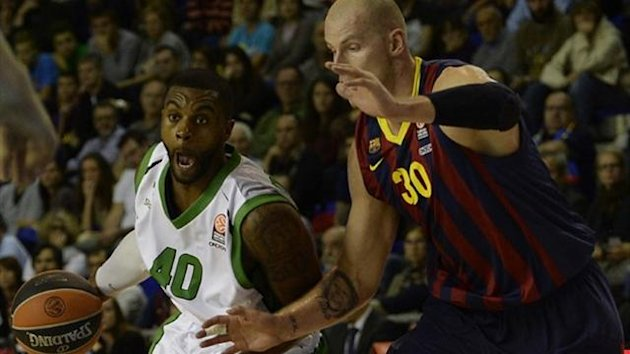 Nanterre forward Will Daniels (L) vies with Barcelona center Maciej Lampe in the Euroleague (AFP)