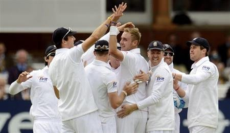 England's Stuart Broad (4th R) is congratulated after dismissing New Zealand's Brendon McCullum during the first test cricket match at Lord's cricket ground in London May 19, 2013. REUTERS/Philip Brow