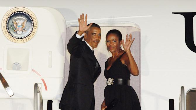 President Barack Obama departs Westchester Countyl Airport in New York accompanied by his wife Michelle and daughters Malia and Sasha Sunrday, Aug. 31, 2014, after attendending a wedding at Pocantico Hills (AP Photo/David Karp)
