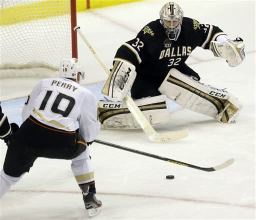 Fasth stops 26 shots as Ducks blank Stars 4-0