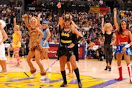 Ada Batgirl dan Wonder Woman di barisan pemandu sorak klub NBA, Los Angeles Lakers. (Getty Images/Noah Graham)