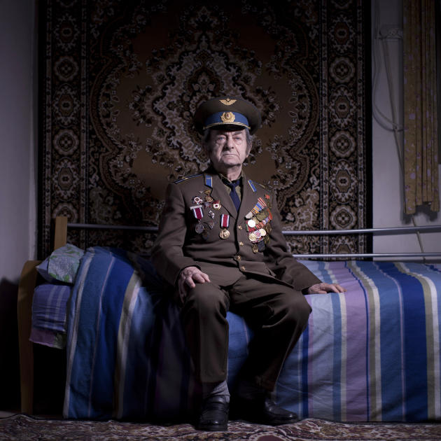 In this photo made on Friday, April 12, 2013, Soviet Jewish World War veteran Aharon Kavishaner poses for a portrait at his house in the southern Israeli city of Ashkelon. Kavishaner joined the Red Ar