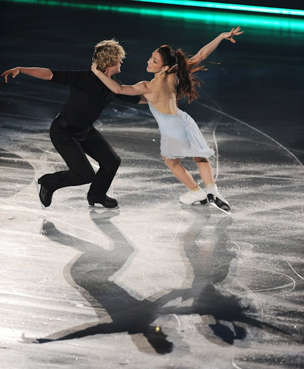 US Ice Dance pair, Meryl Davis (R) and Charlie White perform during the exhibition event in the World Team Trophy 2012 figure skating competition in Tokyo on April 22, 2012.   AFP PHOTO / TOSHIFUMI KI