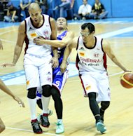 Rudy Hatfield sets a pick for Mark Caguioa. (PBA Images)
