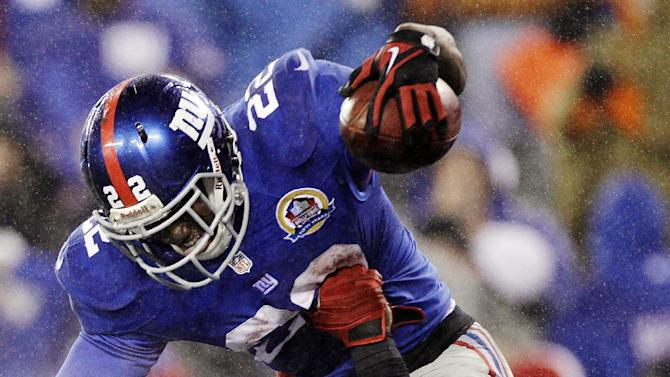 New York Giants running back David Wilson (22) is hoisted into the air by Martellus Bennett after scoring on a 52-yard touchdown run during the fourth quarter of an NFL football game, Sunday, Dec. 9, 2012, in East Rutherford, N.J. The Giants won 52-27. (AP Photo/Kathy Willens)