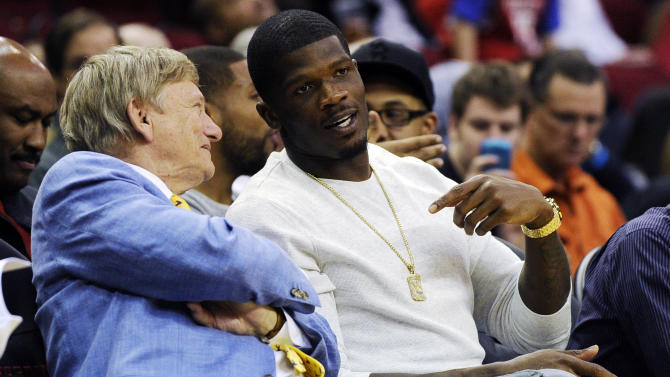 Houston Texans wide receiver Andre Johnson, right, talks with local attorney Rusty Hardin in the first half of an NBA basketball game between the Houston Rockets and the Miami Heat, Monday, Nov. 12, 2012, in Houston. (AP Photo/Pat Sullivan)