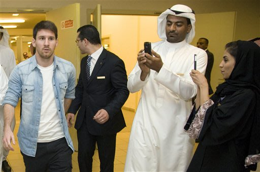 Messi a su llegada a Arabia Saudita. (AP Photo).