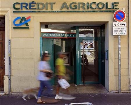 Les caisses rgionales du groupe Crdit agricole prvoient plus de 1.400 suppressions de postes  la faveur du non remplacement de tous les dparts au sein de la banque, rapporte lundi le journal Les Echos. /Photo d&#39;archives/REUTERS/Jean-Paul Plissier