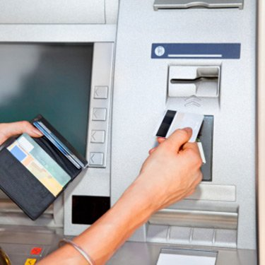 Woman-using-atm_web