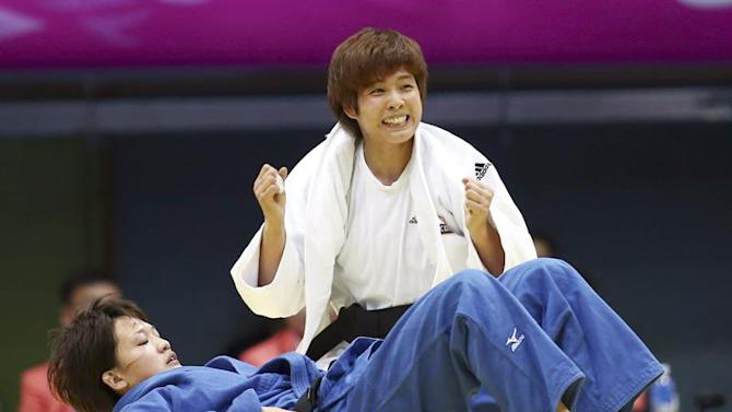 . Incheon (Korea, Republic Of), 21/09/2014.- A picture made available on 22 September 2014 shows South Korean Kim Seong-yeon (top) celebrating after defeating Japanese Chizuru Arai (bottom) by waza-ari in their Judo Women's under-70 kilogram final at Dowon Gymnasium during the 17th Incheon Asian Games in Incheon, South Korea, 21 September 2014. EFE/EPA/YONHAP SOUTH KOREA OUT