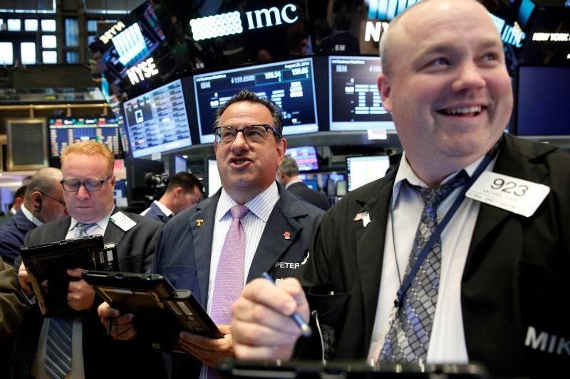 U.S. shares gain, European shares dip on Fed rate hike bets