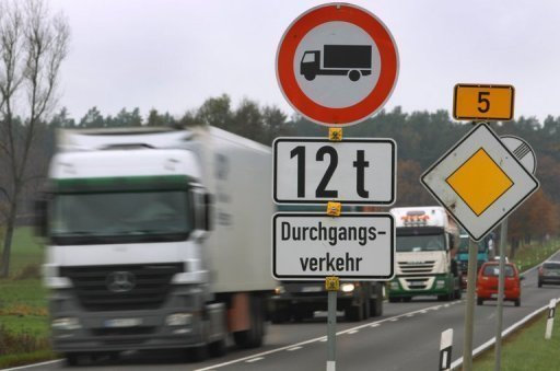 Binnen zwei Tagen hat die neue Lkw-Maut auf mehrspurigen Bundesstraen offenbar rund 800.000 Euro eingebracht. Insgesamt wrden jhrlich Einnahmen in Hhe von 110 Millionen Euro erwartet, berichtet die &quot;Bild am Sonntag&quot;