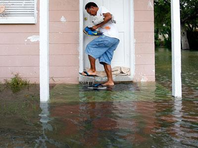 Raw Video: Stubborn Debby soaks northern Florida