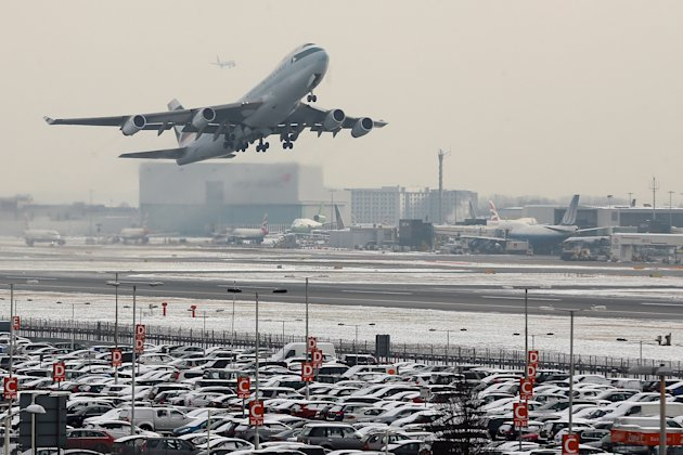 Snow Continues To Cause Delays To Flights At Heathrow Airport