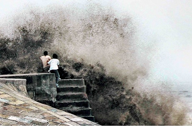 Chinese tourists watch wave …