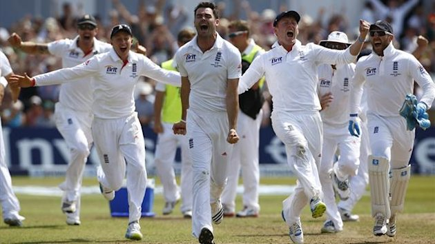 England's James Anderson (C) celebrates beating Australia with team mates during the last day of the first Ashes cricket test match at Trent Bridge cricket ground in Nottingham, central England, July 14, 2013 (Reuters)
