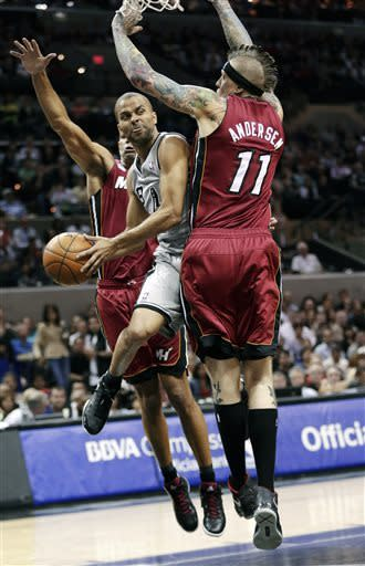 Bosh's late 3 lifts short-handed Heat past Spurs
